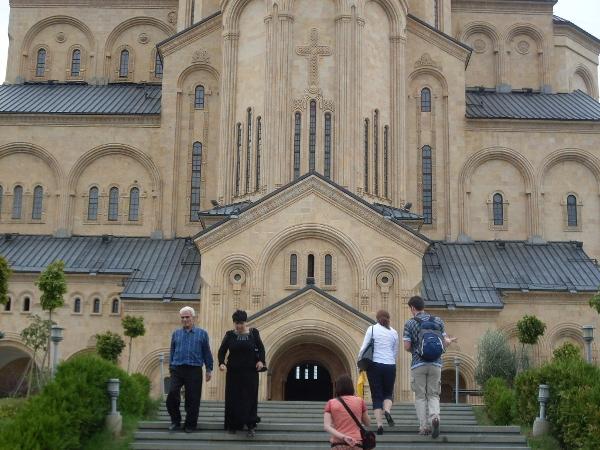 Największy kosciół w Tbilisi i zarazem Gruzji. Na pierwszym planie jest kilku Polaków